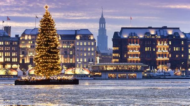 binnenalster-mit-beleuchtetem-weihnachtsbaum-in-hamburg